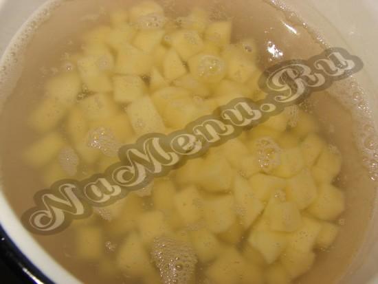 Отвариваем бульон с картофелем