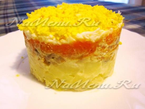 Слоеный салат с грибами и морковью