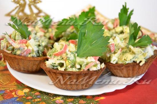 Ржаные тарталетки с салатом из крабовых палочек, яиц и авокадо