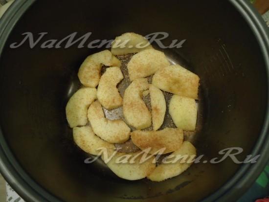 яблоки нарезать, выложить в мультиварку, посыпать корицей и сахаром, печь 10 минут