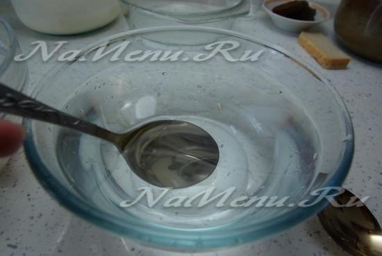 приготовьте ложки и чашку с водой
