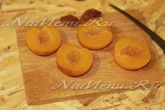 консервированные персики разрежьте