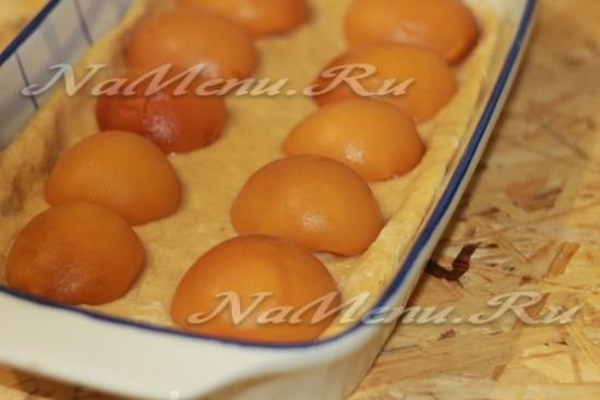 выложите половинки персиков