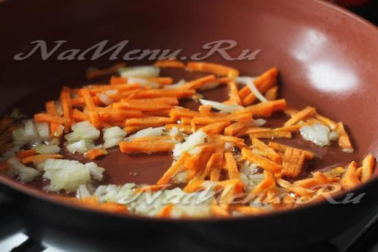 обжарьте лук и овощи