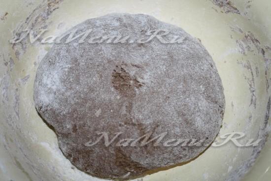 замешиваем мягкое темное тесто