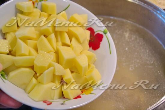 Добавьте картофель в бульон
