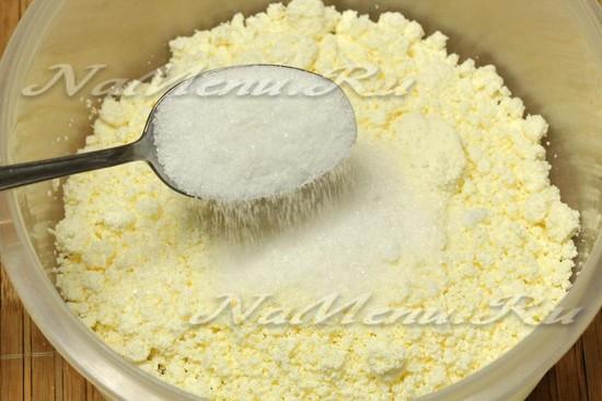 Добавить сахар в творог