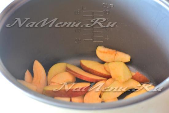 Положить яблоки в форму