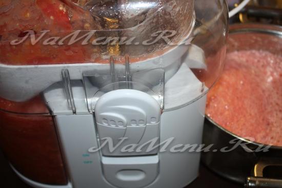 Нарезанные помидоры пропускаем через соковыжималку