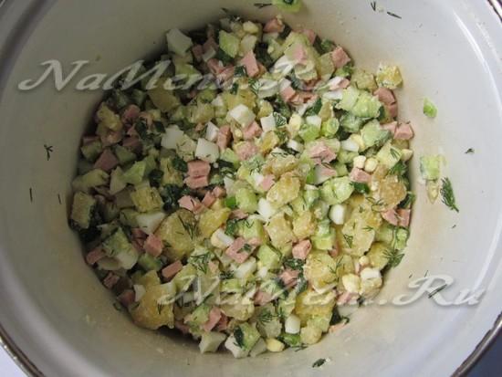 Измельченные продукты в кастрюле посолите