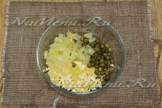 Добавить горошек и ананас