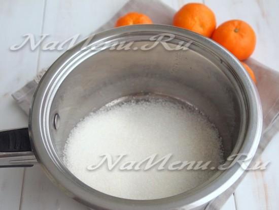 Насыпать сахар в сотейник