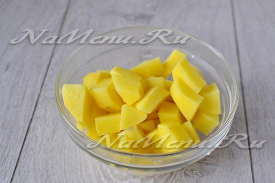 Нарезаем в виде кубиков картофель