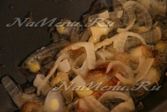 Луковицу мелко нарезаем и пассируем