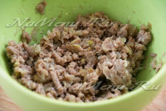 Лук и мясо перекручиваем через мясорубку