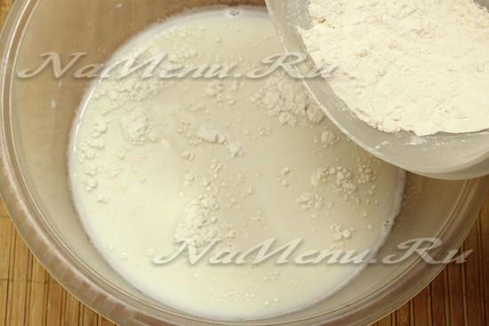 влить теплое молоко и добавить муку