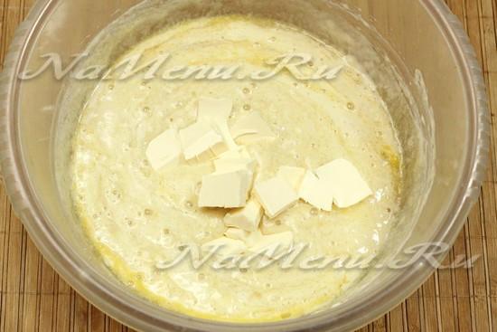 Нарезаем кусочками мягкое сливочное масло