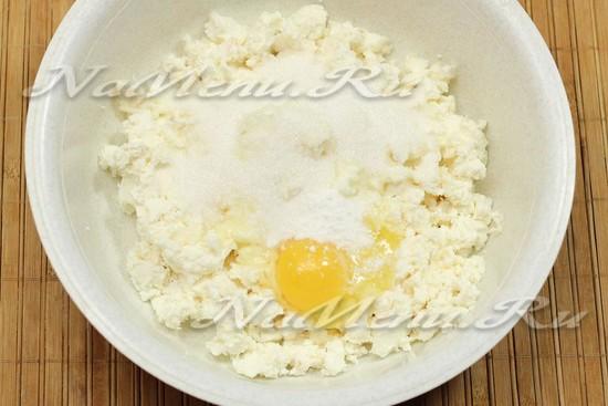 растереть творог с яйцом и сахаром
