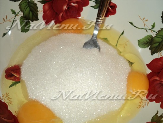 яйца растереть с сахаром и солью