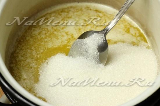 Перемешиваем ложкой до растворения сахара