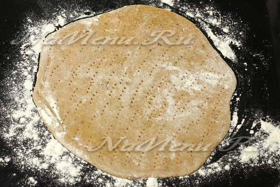 раскатать тесто, уложить в форму и наколоть