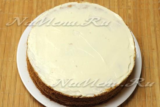 Верхний корж и бока торта обмазываем остатками крема.