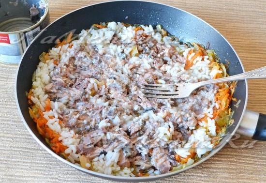 Добавляем рис и консервы