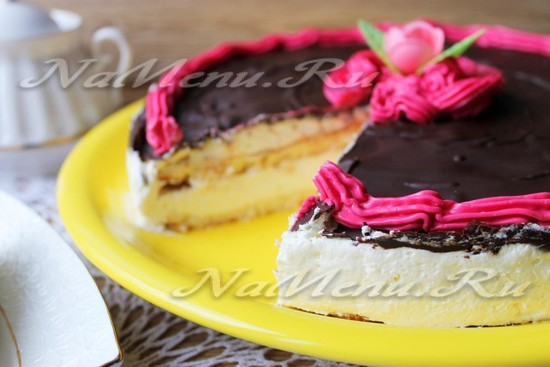 Выложить торт на тарелку