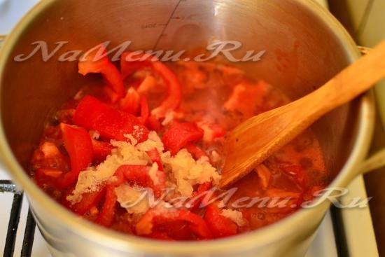 переложить перец к помидорам