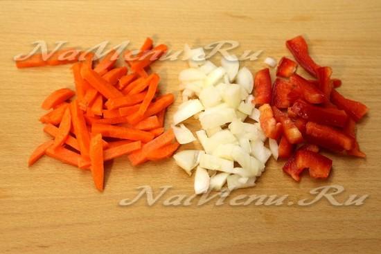 луковицу нашинкуем мелким кубиком, морковь нарежем брусочками, сладкий перец соломкой