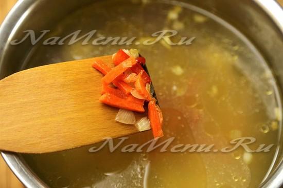 Перекладываем поджарку из овощей в кастрюлю