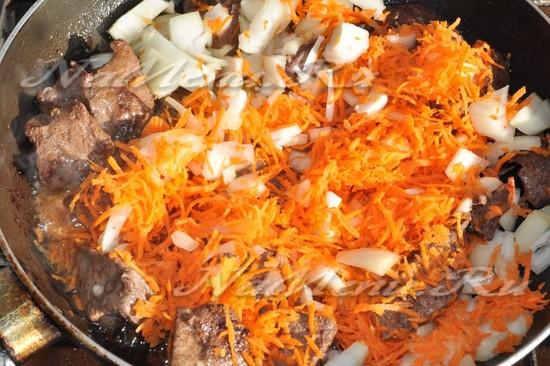 обжарьте морковь и лук