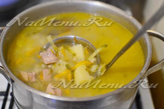 В бульон закладываем мясо, процеженную перловку, картошку, огурцы