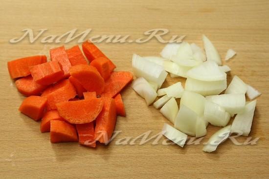 морковь и лук нарезать