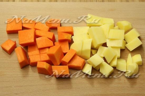 Тыкву и картошку нарезать
