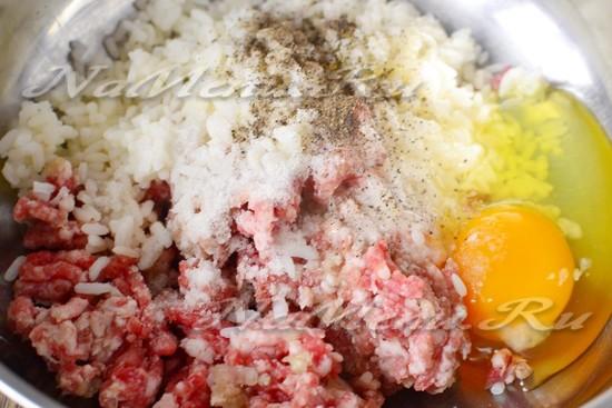 В готовый мясной фарш добавим куриное яйцо, рис, специи