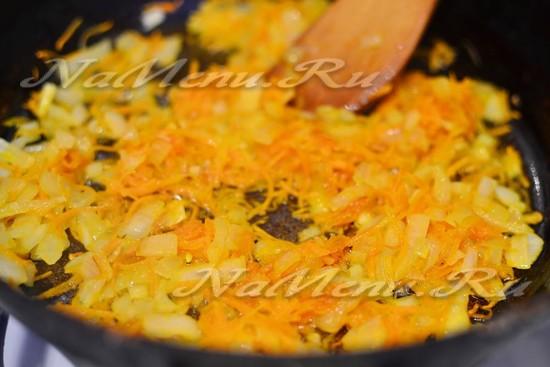 пассеруем овощи до карамельного цвета