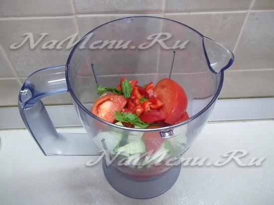 Все овощи добавлены к помидорам