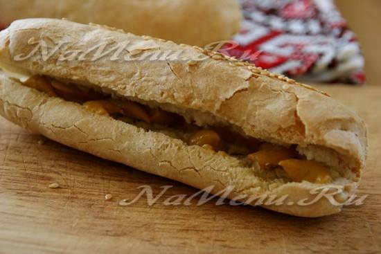 В разрез булочки выкладываем горчицу