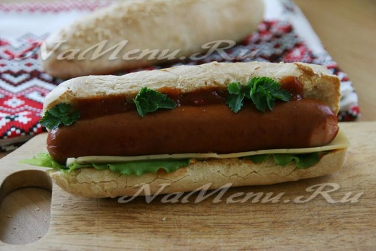 добавить в хот-дог кетчуп и украсить его зеленью