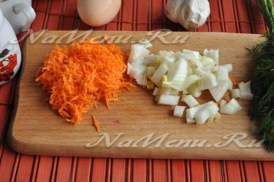 нарежьте лук и натрите морковь