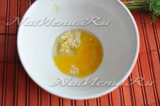 соедините яйца с чесноком