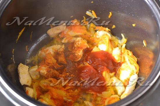 Добавляем томатный соус, соль и специи.