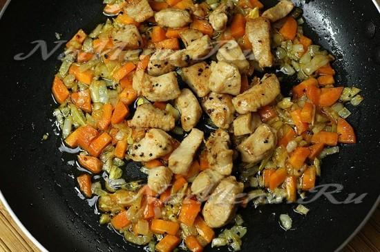 жареные овощи на сковороде с соевым соусом