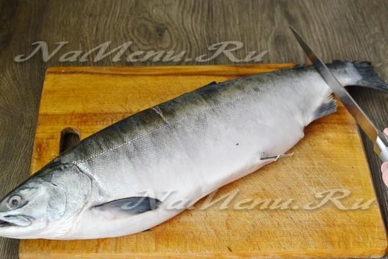 чистим рыбку от чешуи