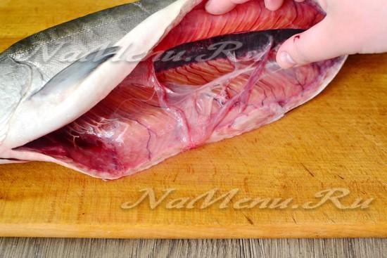 снять тонкую плёнку, которой выстелено брюшко рыбы