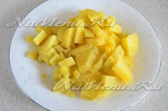 картофель отварить и нарезать