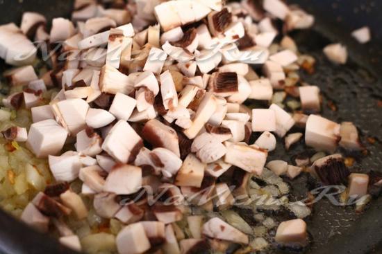 Добавить грибы к луку