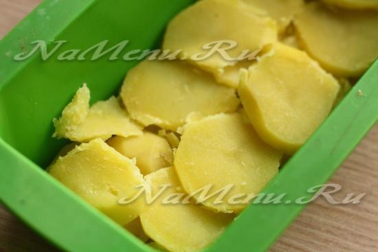 Выложить половину картофеля