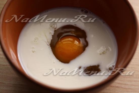 Смешать яйца с кефиром